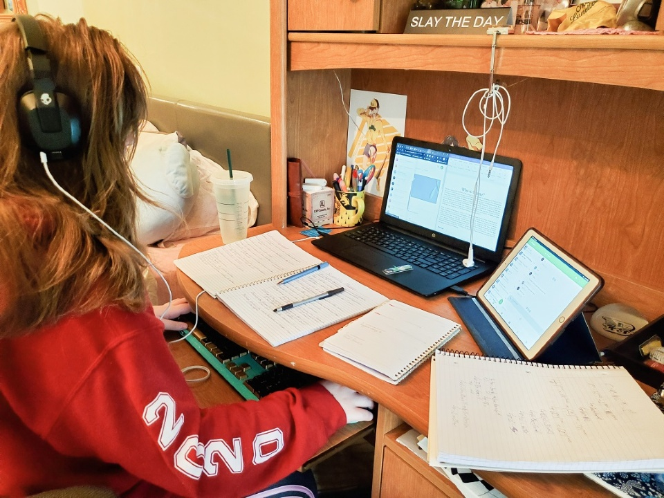 Students Transition to Full-Time E-Schooling | Laval Families Magazine | Laval's Family Life Magazine